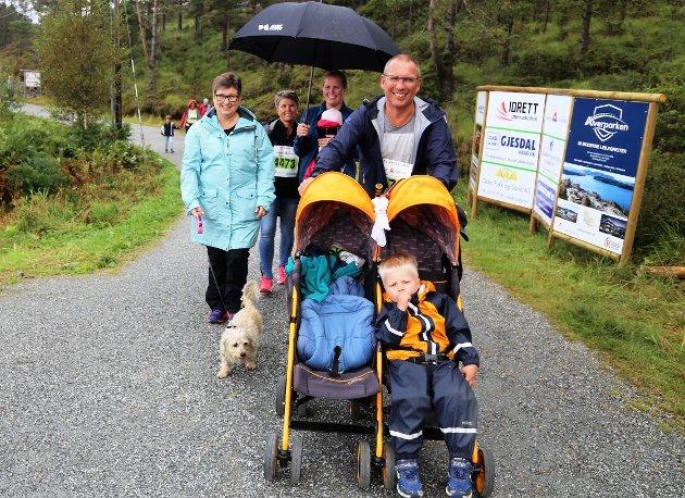 Jan Sigurd Fyllingsnes med barnevogn i naturløypa.