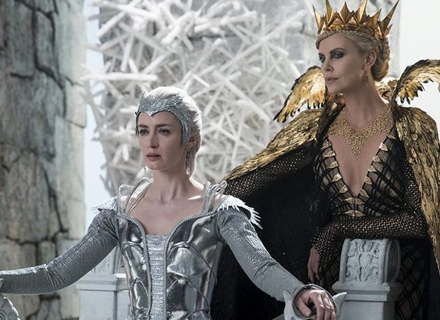 Kalde dronninger: Emily Blunt (til venstre) og Charlize Theron spiller slemme dronninger i eventyrfilmen.