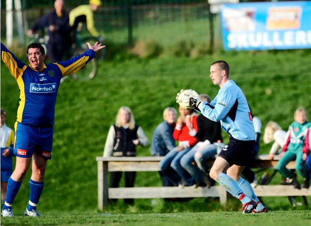 FET AVSLUTNING: Anders Rotevatn fikk rødt kort etter å ha fakket ballen utenfor 16-meteren i cupoppgjøret mot Bøler i 2004. Foto: Anders Hoven, Digitalsport