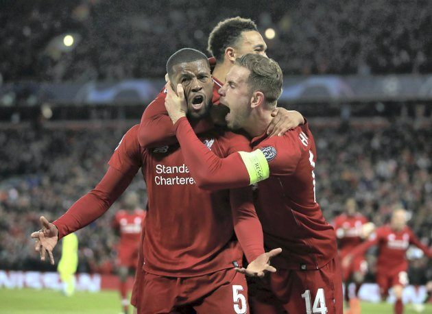 FEIRER: Liverpools Georginio Wijnaldum, feirer scoring med lagkameratene under semifinalen.  FOTO: Peter Byrne/PA via AP