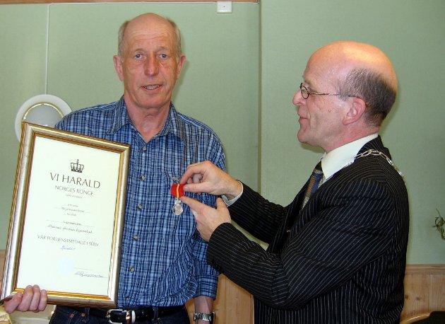 MEDALJE: Steinar Bjørnstad får Kongens fortjenstmedalje i sølv utdelt av daværende ordfører Asgeir Østli. FOTO: BERIT BRENNA