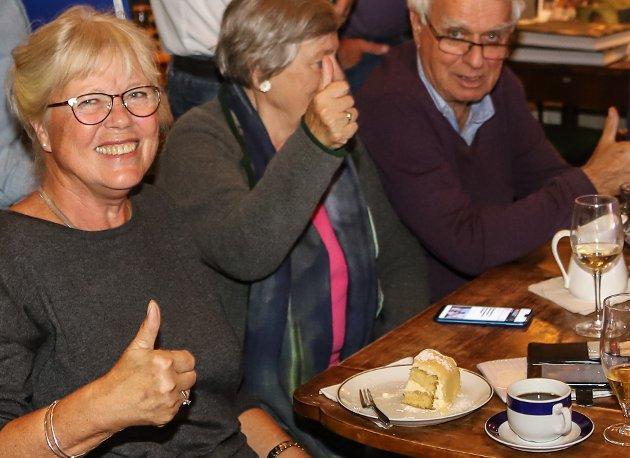 VALGETS VINNER: Anne-Kari Holms smil gikk nesten helt rundt mandag kveld. Nå sitter hun med sterke forhandlingskort når makt og posisjon skal fordeles. Hun blir en del av posisjonen også de neste fire årene. kanskje som ordfører. Foto: Gunnar Paulsen