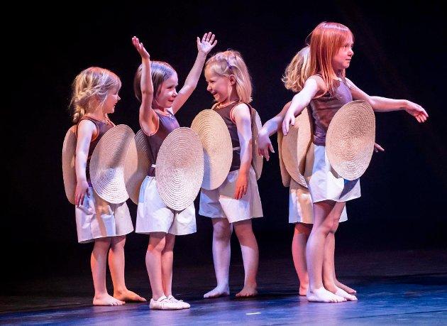Kulturskolen arrangerte i helgen to danseforestillinger i Ås kulturhus. Publikum fikk oppleve rundt 300 danseelever opptre med det de har øvd på det siste året innen jazz, ballett, hip hop og barnedans. Tema for forestillingene var folkeeventyrene. Her er del to av bilder fra lørdagens forstilling