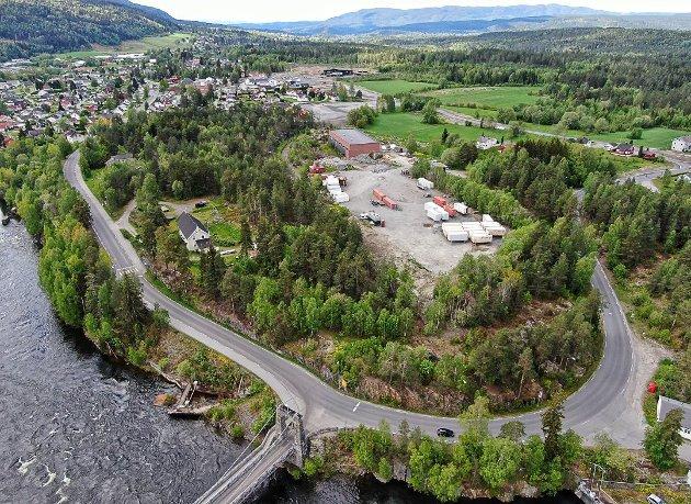 SKREDSVIKMOEN: Gotfred Rygh (SV) er sterk motstander av ideen om å bygge ny fotballbane på Skredsvikmoen. Bildet viser hele området og vi ser den ny barnehagen bakerst i bildet.