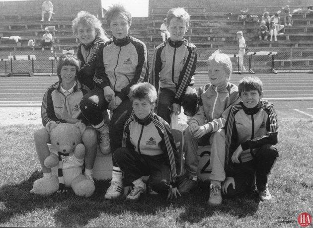 Publisert: 16. mai 1988 - Her ser vil HILs unge utøvere som deltok i det internasjonale friidrettsstevnet i Lisleby. Bak fra venstre Hanne Hansen, Eva Anette Grimsrud, Anders Kvalheim. Foran fra venstre Hege S. Andersen, Lars E. Pettersen, Terje Glomsrød, Pål Martin Ohlgren. *