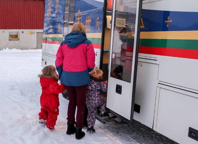 Barna var veldig spente idet de fikk gå på bokbussen som kom nærmest på døra til landbruksskolen barnehage.