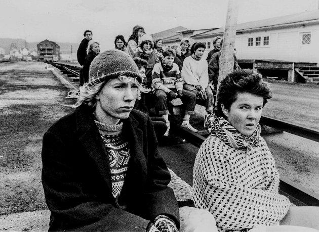 Februar 1989 utenfor Kragerø Jernbanestasjon. Per-Erik Schulze og Katja Aarflot. Bak på en tralle sitter de andre aksjonistene i Natur og Ungdom. Målet var å redde Kragerøbanen.