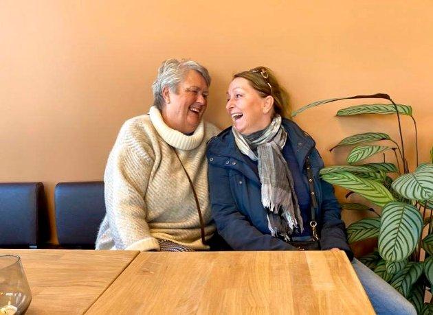 Godt humør: Anne-Karin Hansen (t.v.) og Hanne Pettersen syntes det var riktig så artig å treffe på hverandre.