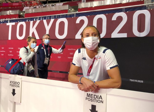 Tokyo, Japan: Camilla Herrem under et medietreff før OL starter, i bakgrunnen går Nora Mørk.Foto: Espen Hartvig / NTB