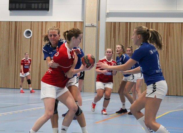 Tette dueller: Det var tøffe dueller mellom spillerne i Moelvhallen lørdag ettermiddag.