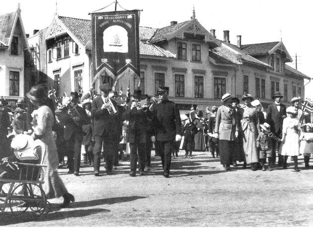 17. mai 1915: Sandfjord høiere almenskole med fane fra 1902 på torvet.