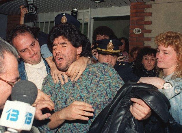 Her har Diego Maradona akkurat blitt pågrepet av politiet i Buenos Aires i april 1991 med et halvt kilo kokain i leiligheten.