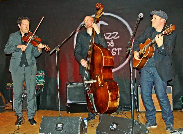 JUBILEUM: 10.-13. oktober blir Jazz på Jølster arrangert for 10. gong. Her frå 2012 der karane i den dansk-norske gruppa Hot N Spicy skapte god stemning då dei spelte på Fjøsen på Skei.