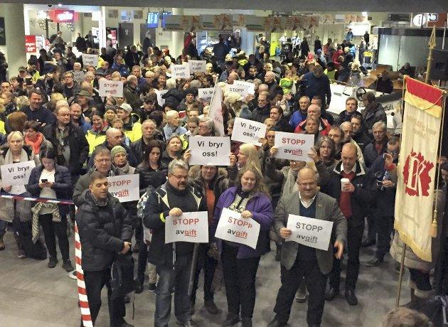 Sterk motstand lokalt: I februar møtte rundt 400 Rygge-forkjempere opp for å protestere mot avgiften. Arkivfoto: Moss Avis