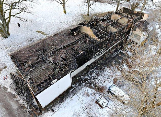BRANN: Rekkehuset ble totalskadet i brann. En person omkom. Foto: Vestfold interkommunale brannvesen (VIB)