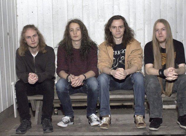 EODON: Spiller tung metallmusikk med base på Lier rockeverksted. Fra venstre: Martin Lyngås (bass), Christoffer Skaane (vokal), Richard Max (trommer), Aleksander Knutsen (gitar). Foto: Stine Bjørnstad