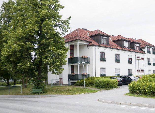Utvidet parkeringsplass? Terje Andersen, som er nabo til sykehjemmet, engasjerte seg sterkt i debatten for noen dager siden. Foto: Knut Andreas Ramsrud