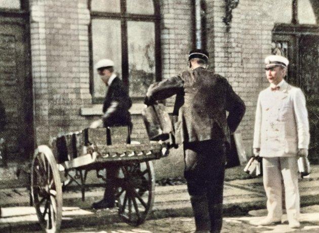 Fornøyde tollere utenfor tollstasjonen i Strömstad. Mannen i den hvite uniformen er tolloppsynsmann Hansson. (Bildet henger i Strömstads Museum. Digitalt fargelagt av artikkelforfatteren)