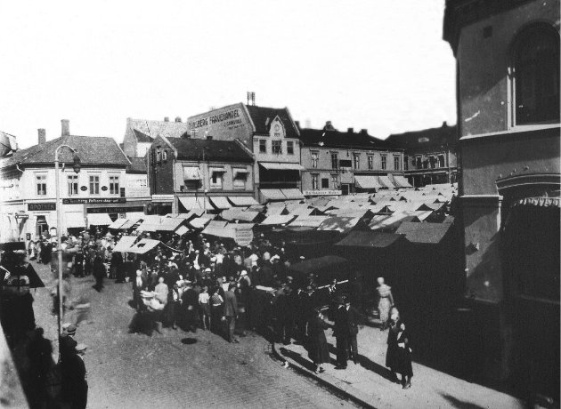 Også i 1930-årene var Tønsberg en restaurantby. Her er Torvet i 1932, med Tønsberg Folkerestaurant i bakgrunnen.