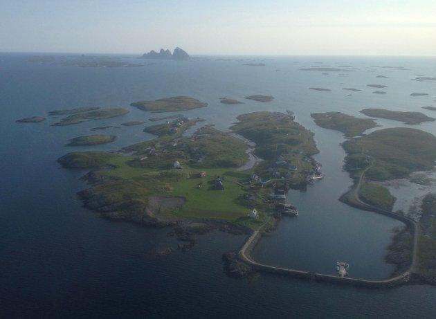 Det stormer på kysten når veiløse bygder frykter at samferdselstilbudet forringes. Problematikken er dessverre aktuell også i Nordland. Her fra Træna med Selvær i forgrunnen.