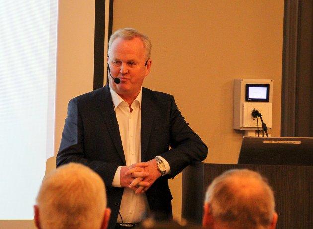 - For å få litt stemning har vi hyret Roger Finjord hit i kveld, sa arrangør Tore Larssen da han ønsket publikum velkommen.