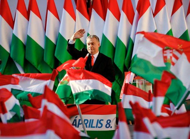 UTHULER DEMOKRATIET: Den ungarske regjeringssjefen Victor Orban sto fram som frigjøringshelt og en innbitt forkjemper for demokrati og frihet ved inngangen til 1990-tallet, men har de siste ti årene beveget landet i stadig mer autoritær retning. Etter valget i 2018 fikk partiet han leder 134 av 199 representanter i nasjonalforsamlingen - og har i realiteten full kontroll over samfunnet. FOTO: NTB