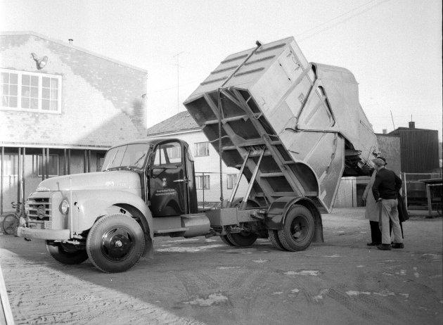 Ny renovasjonsbil i Fredrikstad: Den nye Volvo Bamse lastebilen er påmontert et hydraulisk stempel som presser søppelet sammen i bilen. Nyanskaffelsen kom på nærmere 124.000 kroner. Foto: Fredriksstad Blad, FB 21.02.1962