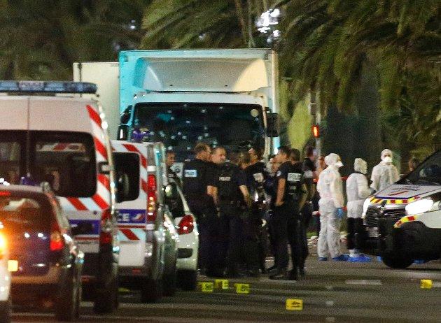 TERROR: Terroristen brukte den hvite lastebilen i bekgrunnen til å drepe over 80 personer, mange av dem barn, i Nice torsdag kveld.