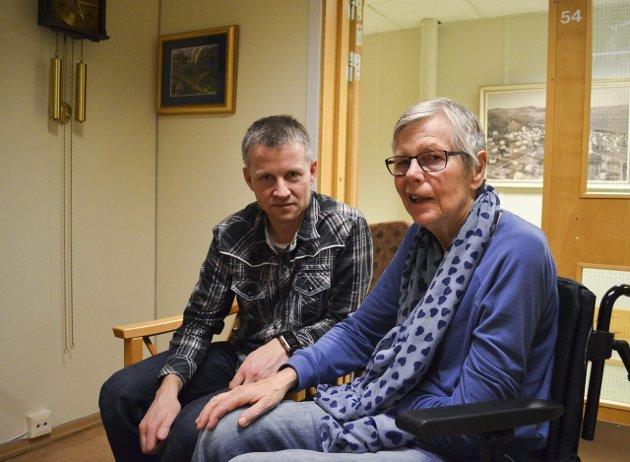 HONNØR: Astrid Molden fortjener honnør for sitt bidrag til å sette spørsmålet om hvor hjerneslagpasienter skal sendes på dagorden. Her er hun sammen med sønnen Hans Olav. Arkivfoto: Kine Therese Vik-Erstad