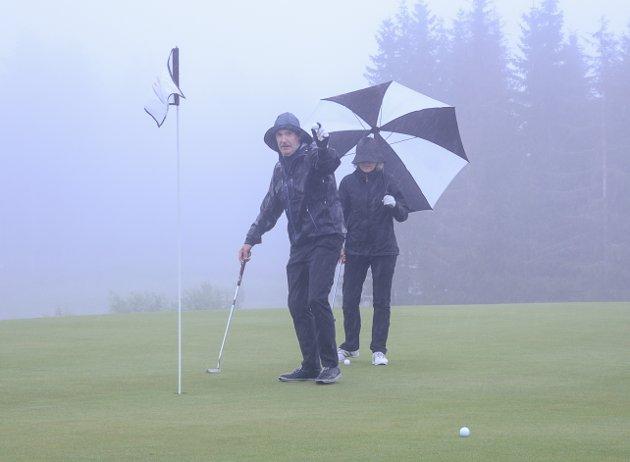 Ørjan Berthelsen er fornøyd med putten, her med Monika Solberg i bakgrunnen.