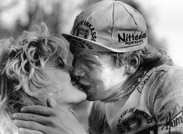 """20. april 1986:  Sandefjord Sykleklubb.  Dølebakken Grand Prix 1986  """"Dette smakte godt"""" Vinneren Jon Asbjørn Bøe får et kyss av kjærsten Laila."""