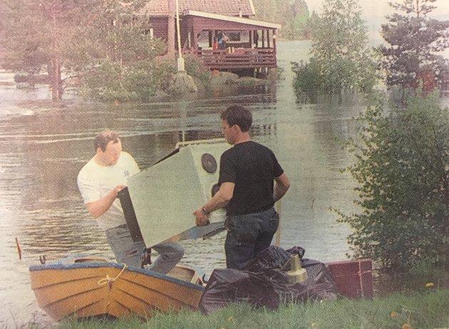 FLOM I 1995: Vannet steg og steg i Øyeren, og hytteiere måtte berge unna gjenstander.