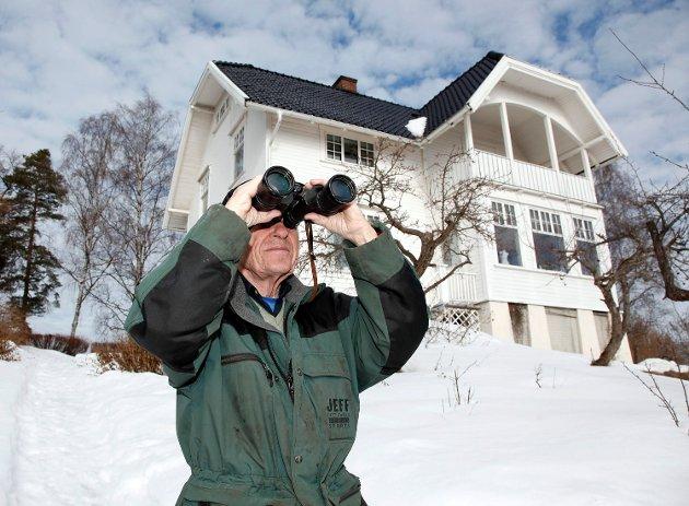 FLYJAKT: På balkongen i bakgrunnen satt Øistein Guderud og rapporterte alle tyske fly til og fra Fornebu.  Foto: Tore Guriby