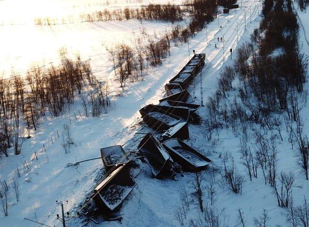 Full stopp: 22. januar sporet et fullastet malmtog av på Malmbanan sør for Kiruna. På morgenen 5. februar var toglinjen fortsatt ikke ryddet, og godstrafikk til og fra Narvik forhindret. Avsporingen viser hvor viktig det er for Nord-Norge å få bygget dobbeltspor på både Ofotbanen og Malmbanan. Foto: Trafikverket