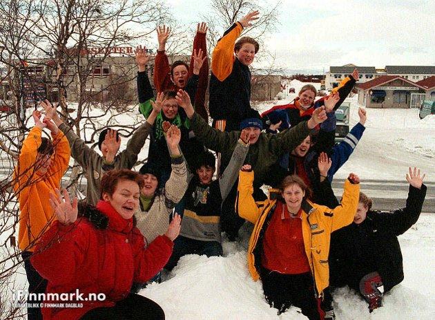 90-TALLET: Evelyn Løknes fra Porsanger Næringstjeneste får hjelp av glade skolebarn fra Lakselv når snøskulpturene til den første vinterfestivalen bygges neste år.