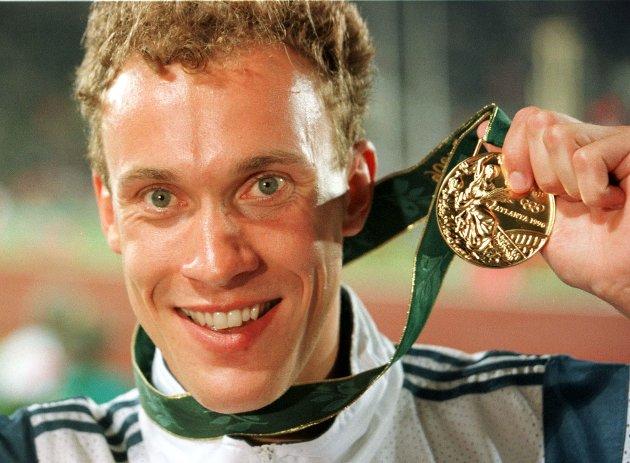 800 m, menn. Vebjørn Rodal viser stolt frem sin gullmedalje. (NTB-foto Bjørn Sigurdsøn) / OL / Atlanta / Friidrett / Løp / Menn / Medaljeutdelinger / Portretter / Norge /