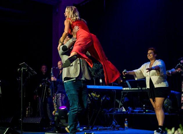 ENTUSIASME: Kveldens mest spenstige låtavslutning sto Anders Gjønnes og Karianne Kjærnes for.Time of mye life fra Dirty Dancing.