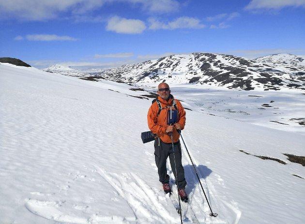 Ut på skitur: Dette bildet av ranværingen Thor Arne Varem illustrerer galskapen vi holder på med mitdt i sesongen for solsenger og paraplydrinker. Shorts godtas, men få den ned i lavlandet.