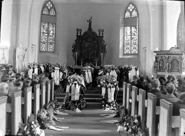 BEGRAVELSE: 53 sivile mistet livet. Her fra begravelse i Tønsberg domkirke.