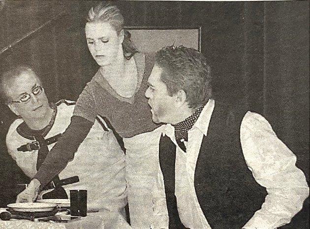 """Nesodden Teaterforenings hadde premiere på forestillingen """"...på den andre siden"""" i Skoklefaldsalen."""