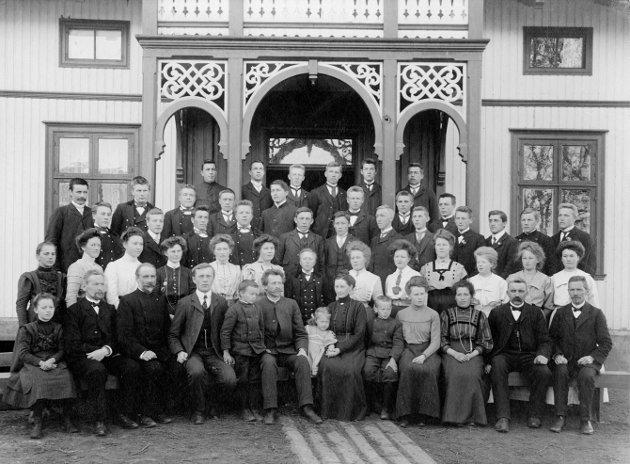 1909: Året er 1909 og Buskerud Folkehøgskolen tar i mot sine første elever. Det er starten på 110 år med innholdsrik historie!