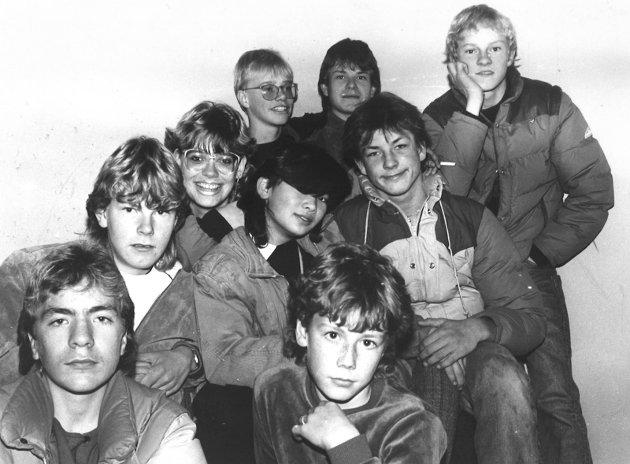 1985: Lokale ungdommer  i alderen 14.-16 år samlet på Ungdomsklubben Råkky på Jaren for 35 år siden: Svein Gjerdingen, Rune Gruer, Stig Westhagen, Linn Anette Hansen, Helle Borgen, Ronny Bergh, Steinar Gruer, Johnny Håkenrud og Tormod Anmarkrud.