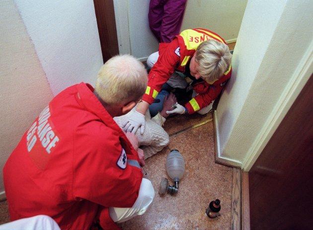 Illustrasjonsfoto av ambulansepersonell som behandler et overdoseoffer.