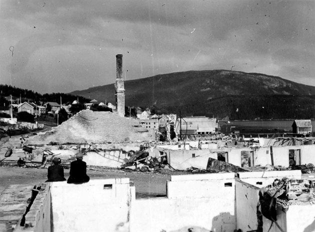 Ruiner på Hemnesberget i 1940. Foto: Karl Marth Wikimedia Commons