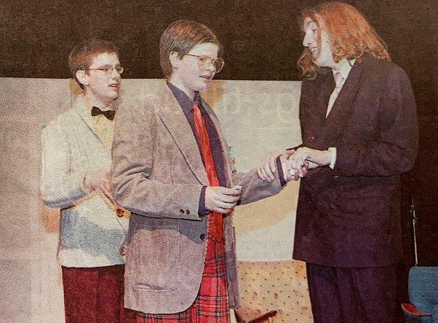 """Teater: Ungdomsgruppa i Tynset barne- og ungdomsteater la lista høyt da de valgte å sette opp fullversjonen av """"Den spanske flue"""" i 2005. Her er det Henrik Meisel (Martin M. Hektoen) som setter grå hår i hodet på både Klinke (Øyvind Bakke) og Wimmer (Tor Hedin Brenner), som begge lever i den villfarelse at de er guttens far."""