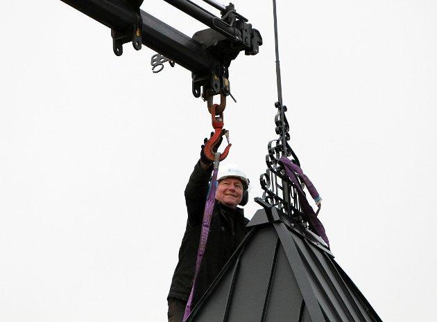 Jan Henrik Nygård i sving med montering av verhanen i Strandgata 58 i slutten av januar månad.