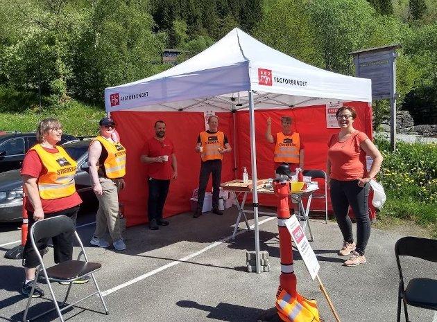 Sju tilsette på Røde Kors Haugland Rehabiliteringssenter i Fjaler er i streik for pensjonsrettar. Hege Lothe frå SV (t.h) støttar streiken.