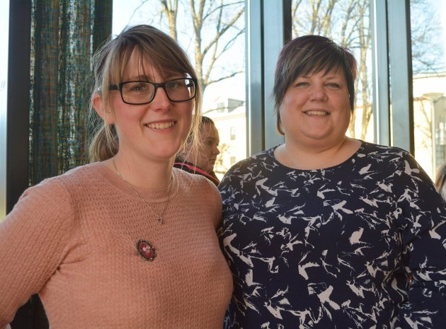 Oppvåkning: Camilla Skår (30) (til venstre) og Hege Jørgensen (37) tok turen til Askim kulturhus for å se sine barndomshelter. Det er flere år siden sist jeg var på konsert, men jeg fikk en oppvåkning i dag, sier Skår.