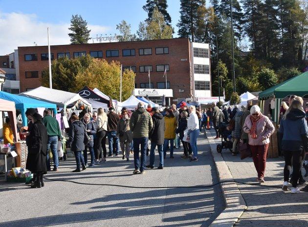 FOLKSOMT: Årets høstmarked skapte bra med liv på Torvet.