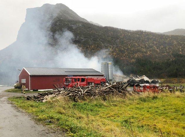 Brant helt ned: Mannskapene fra Salten Brann IKS kunne ikke hindre at driftsbygningen på Lillesæter på Engeløya brant ned, men klarte å berge andre bygninger på et av de største melkebrukene i Steigen